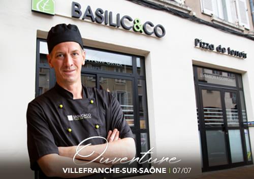 Florent Bonnet, devant la façade de son nouveau restaurant Basilic & Co Villefranche-sur-Saône