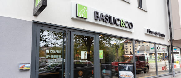 Façade du restaurant Basilic & Co Annecy (Pont Neuf)