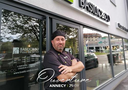 Raphaël Perret devant son nouveau restaurant Basilic & Co Annecy (Pont Neuf)