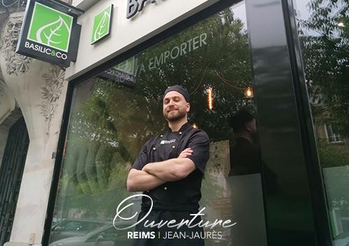 Camille Poyart devant la façade de Basilic & Co, nouveau restaurant à Reims (Jean Jaurès)